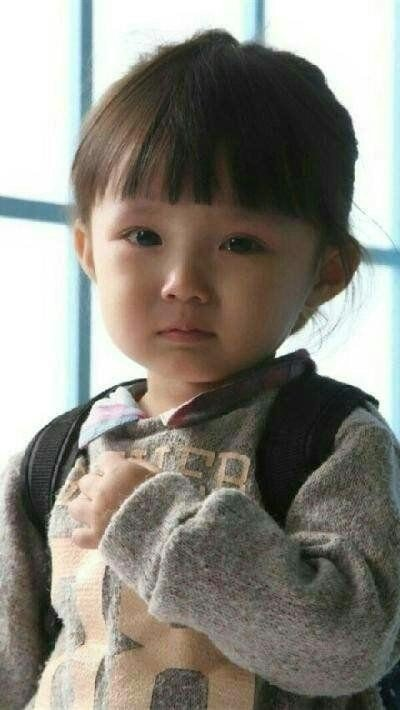 伤心哭泣的小女孩