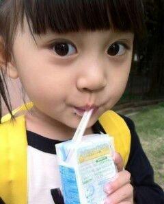 喝牛奶的萌女孩