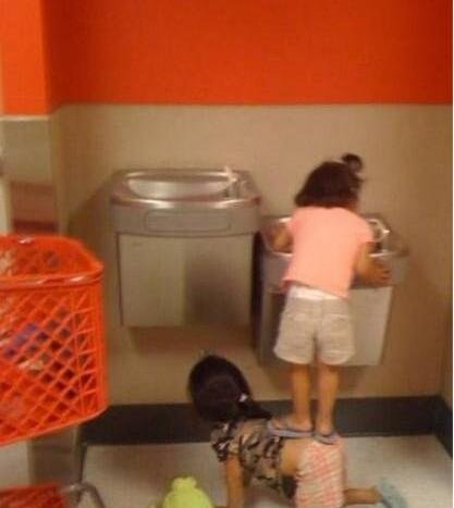 配合很好的两个小女孩