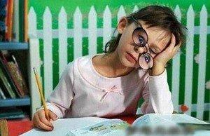 戴着眼镜犯困的小女孩