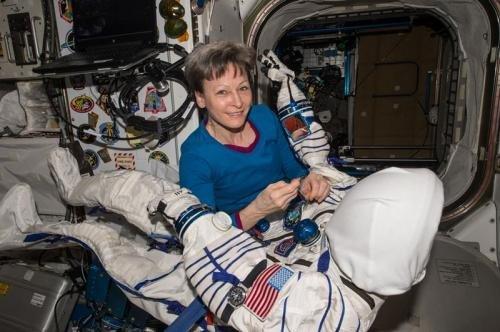 57岁的惠特森是史上首位国际太空站女站长,也是太空探索史上最年长的女航天员。(图片来源:NASA)