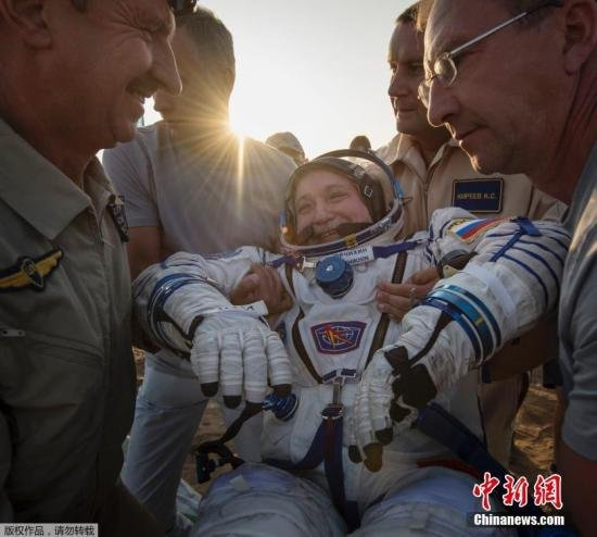 """资料图:当地时间2017年9月3日,三名宇航员搭乘""""联盟MS-04""""号飞船的返回舱从国际空间站平安返回,成功降落在哈萨克斯坦境内。"""