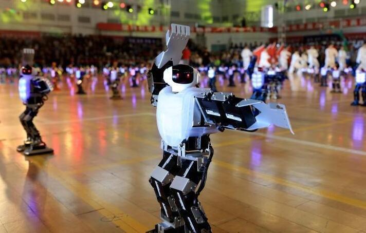 """300多台机器人哈尔滨上演""""功夫秀"""""""