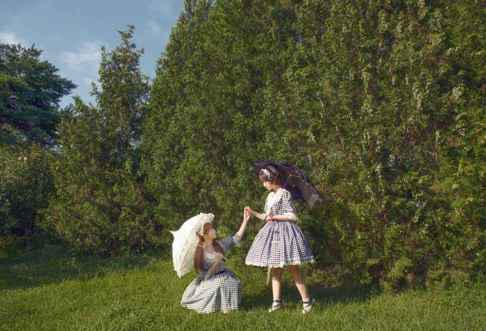 梦幻姐妹花女仆天真可爱街拍写真集