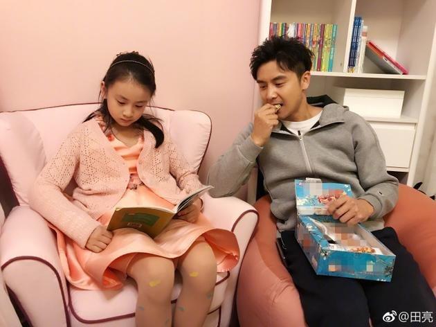 森碟与老爸分享零食 小小年纪读物全是英文类