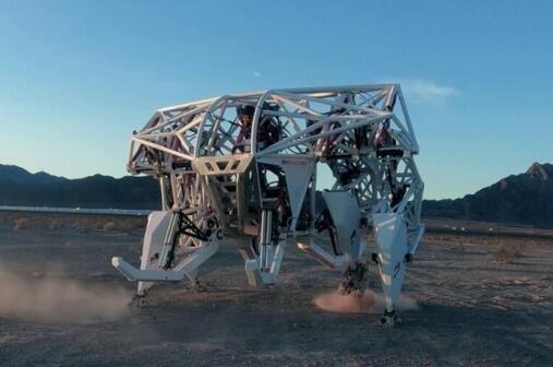 """国外公司公布巨型外?#36235;馈?#26426;器人"""" 纯手动操控"""