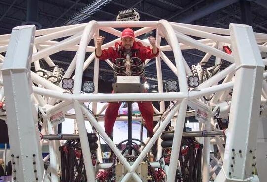 """国外公司公布巨型外骨骼""""机器人"""" 纯手动操控"""