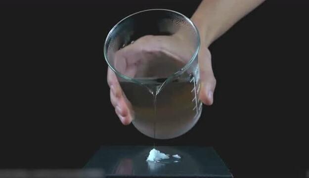 手放进水里瞬间结冰,超实验看完你可以变魔术了