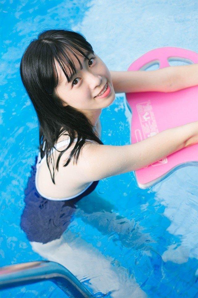 湿身少女泳池性感写真图片