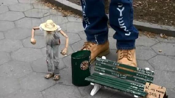 木偶老头在翻垃圾桶,亮点原来在这里