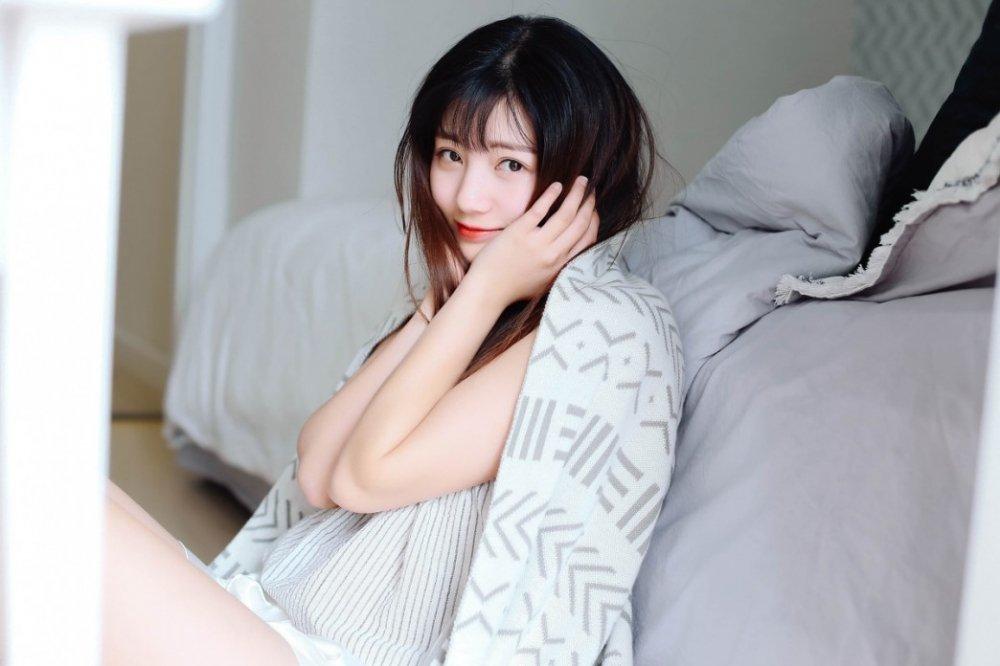 性感大眼美女睡衣姿势迷人写真