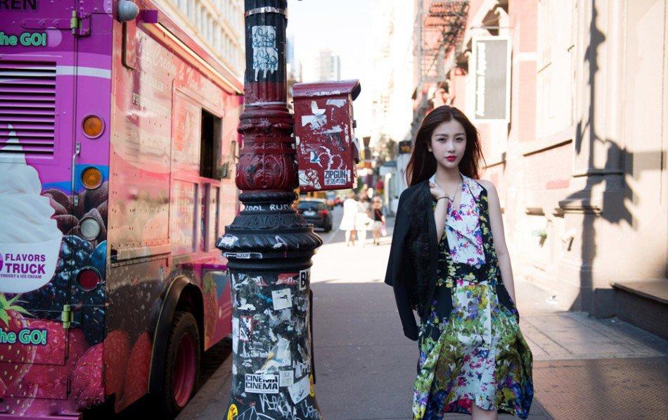演员虞书欣欧美街拍照