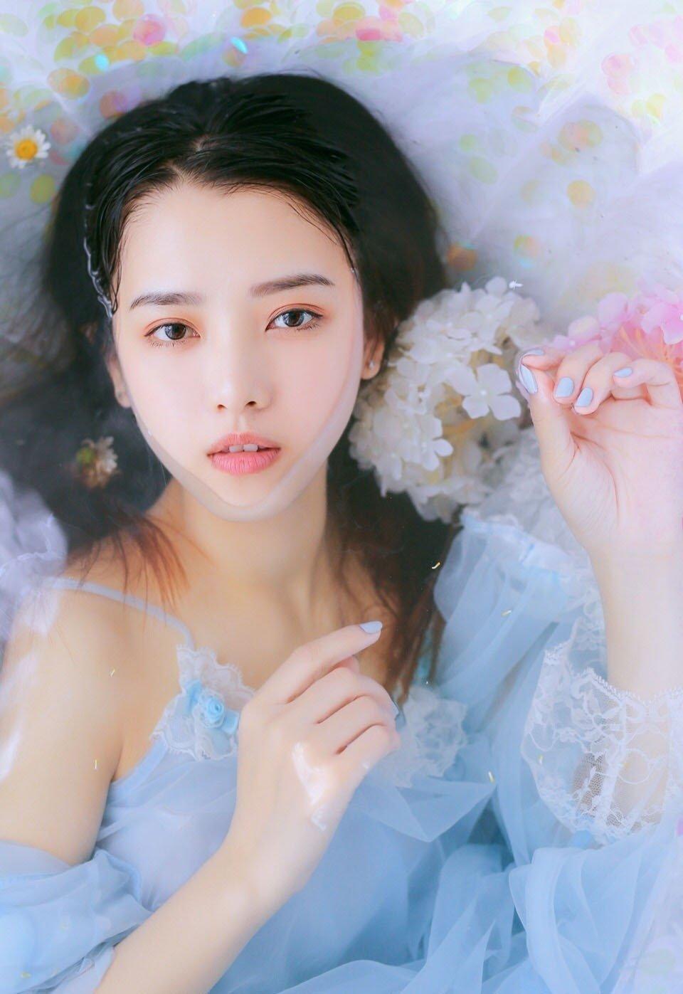 貌美少女蕾丝裙浴缸湿身性感写真