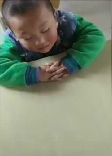 小男孩上课打瞌睡,老师怎么叫都不管用