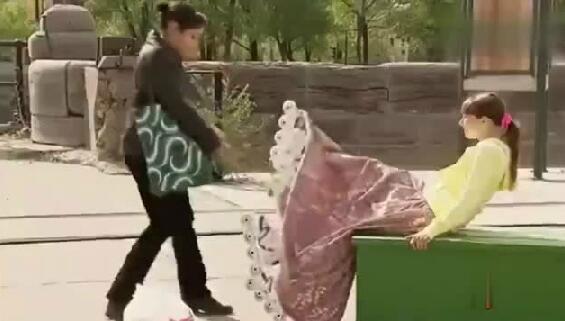 国外恶搞,八条腿的姑娘下坏了路人