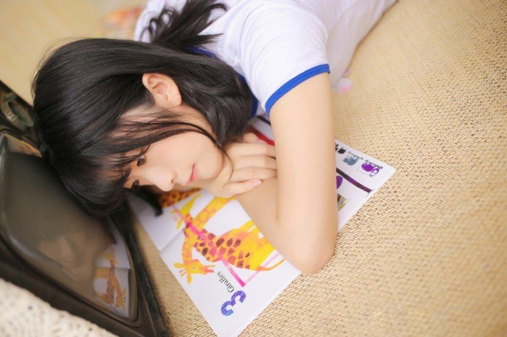 单眼皮女孩日系运动装性感翘臀写真