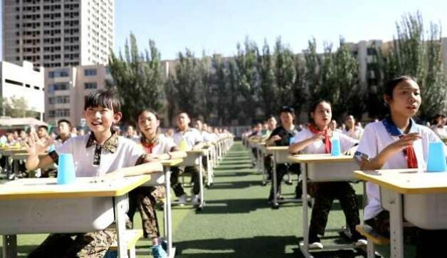 内蒙古300小学生敲杯子,齐唱稻香