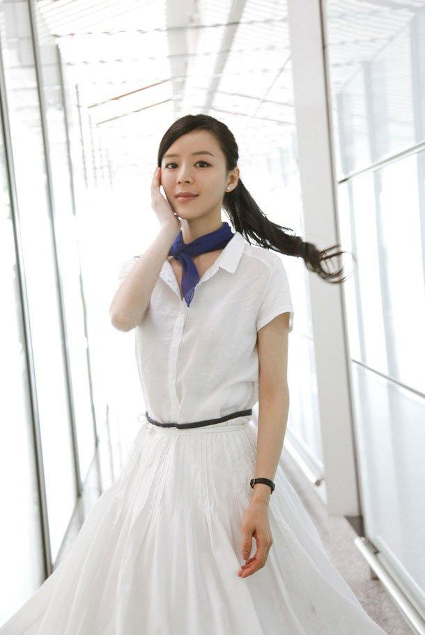 张静初纯白长裙迷人外拍