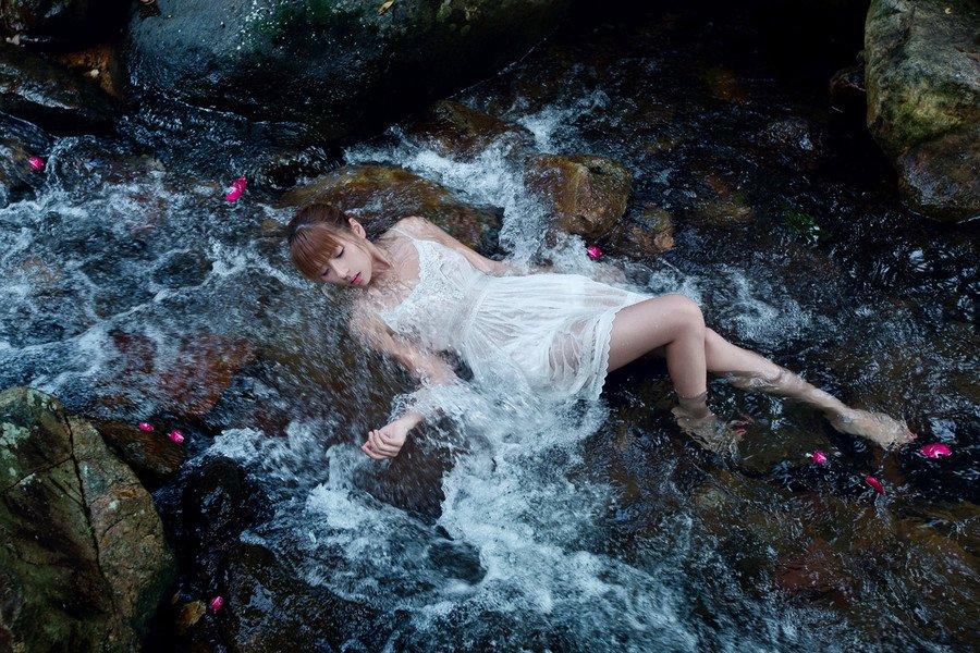 美女校花白色吊带裙湿身诱惑