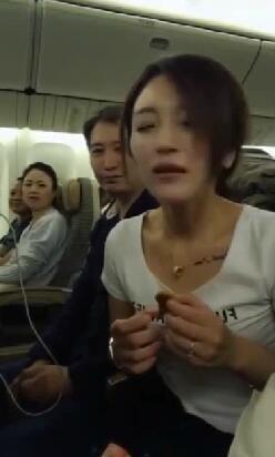 美女,你再这样下去,别怪我赶你下飞机了