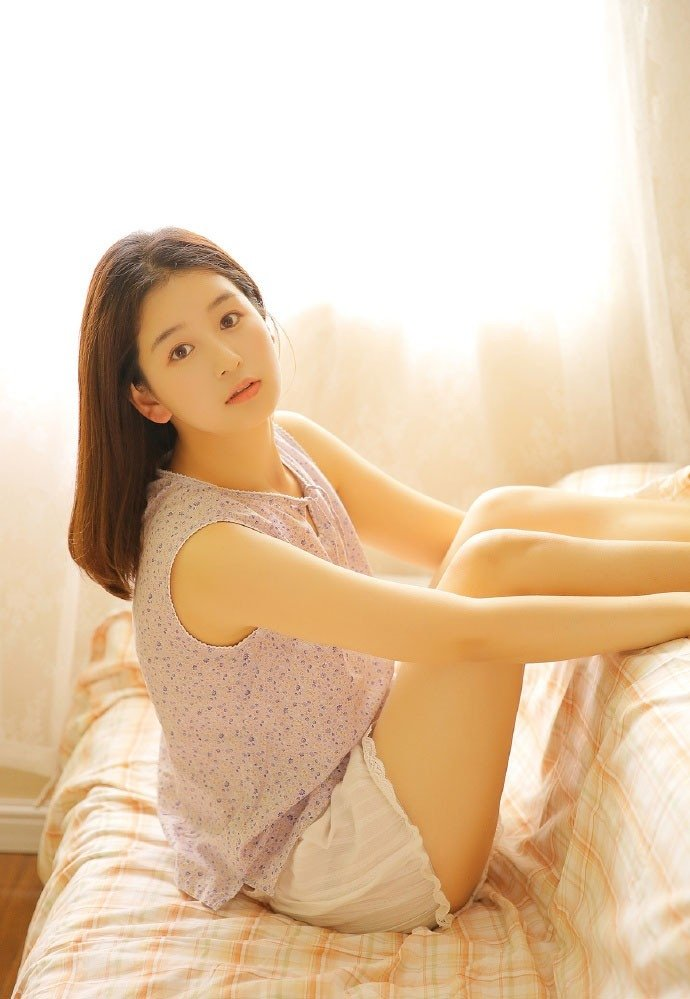 恬静女孩性感纤细美腿写真