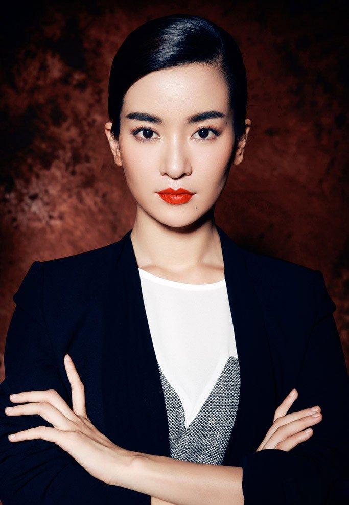 李晟红唇魅惑写真显成熟魅力