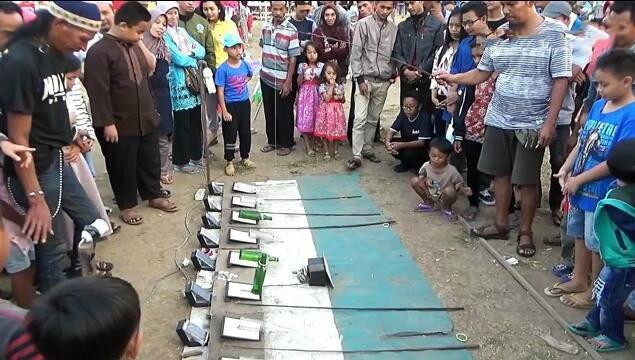 印度街头的地摊游戏,能把瓶子竖起来就能赢得一部手机
