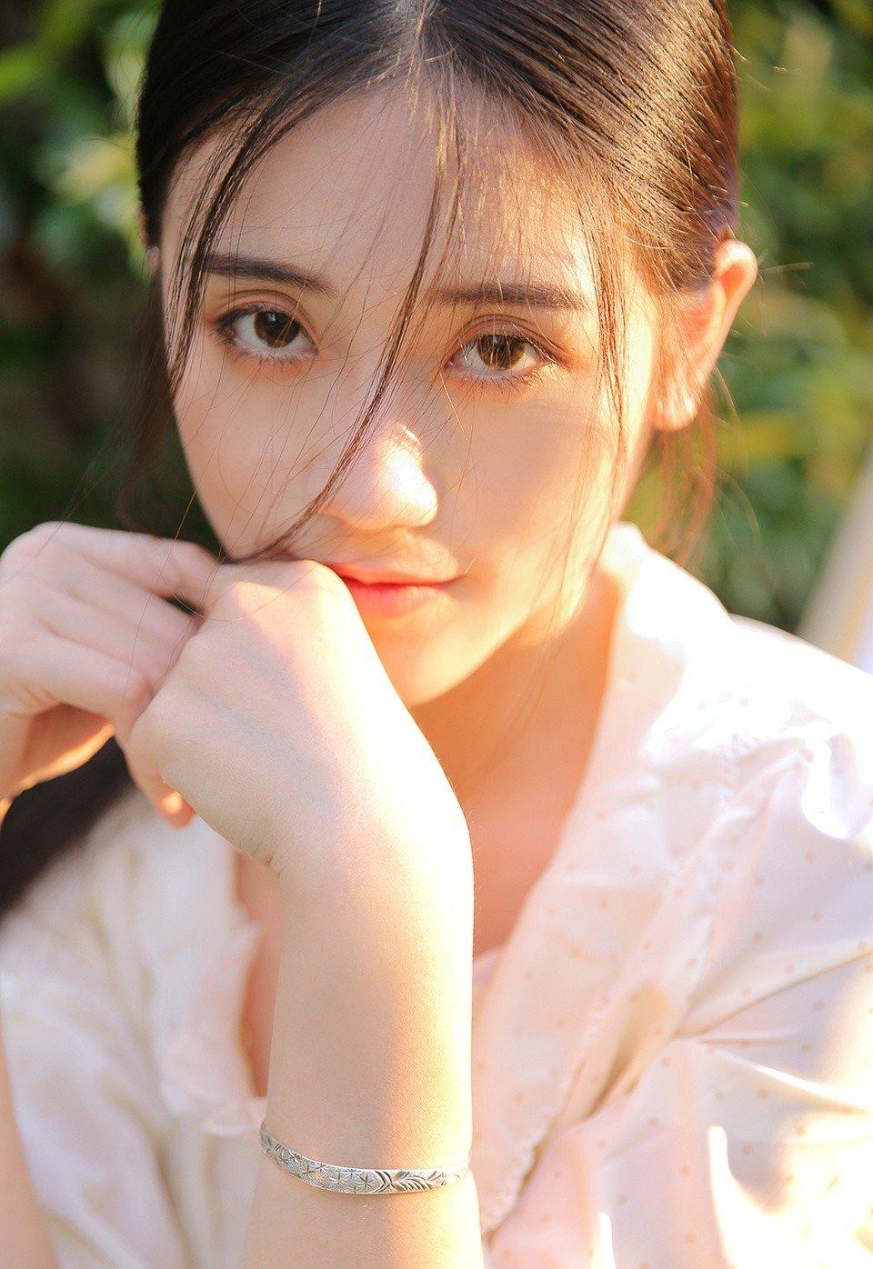 麻花辫少女田园风白衣长裙自然美女写真
