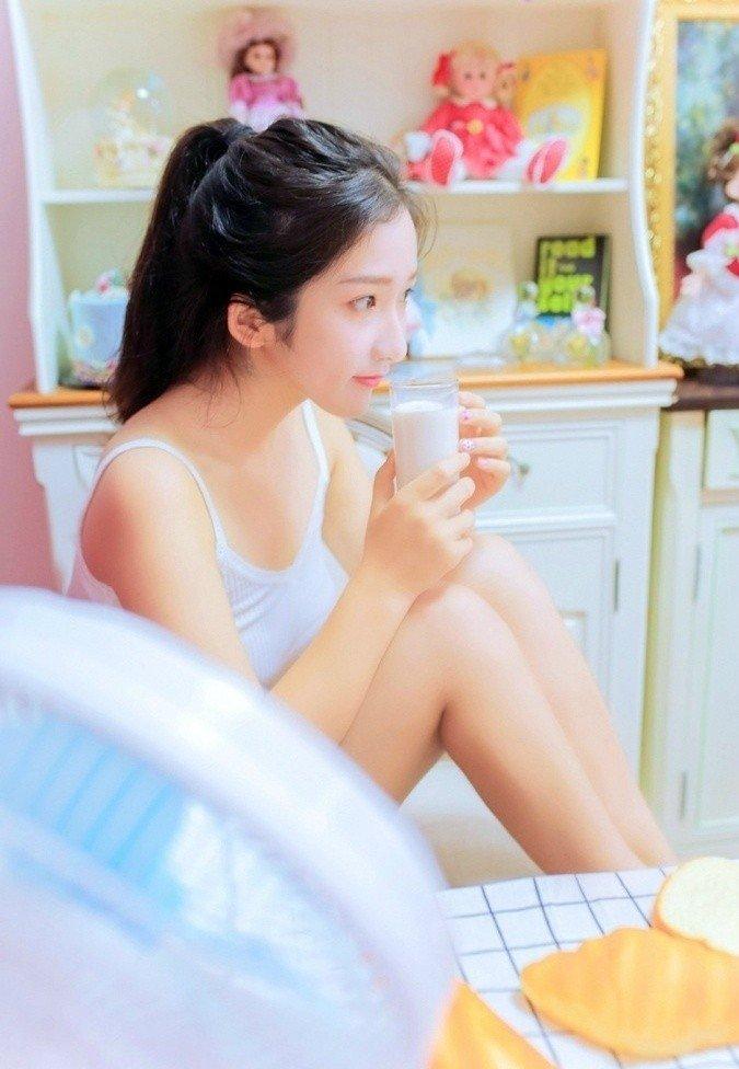 00后萝莉室内早餐写真图片
