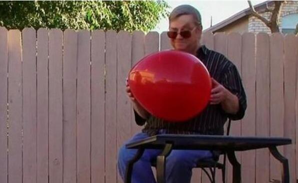 男子只爱气球,与气球接吻谈恋爱
