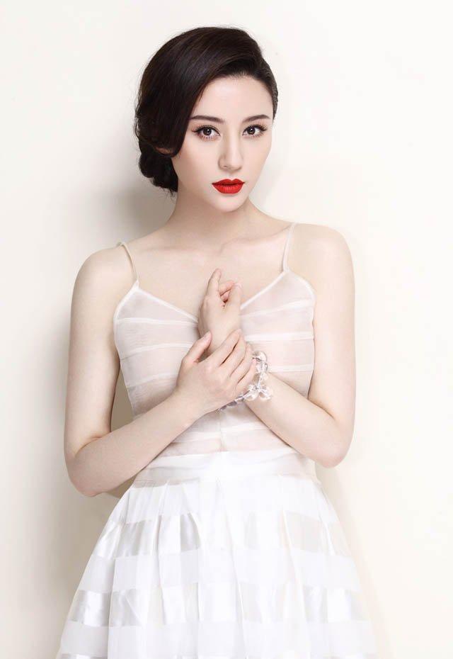 周庭伊吊带裙迷人高清写真