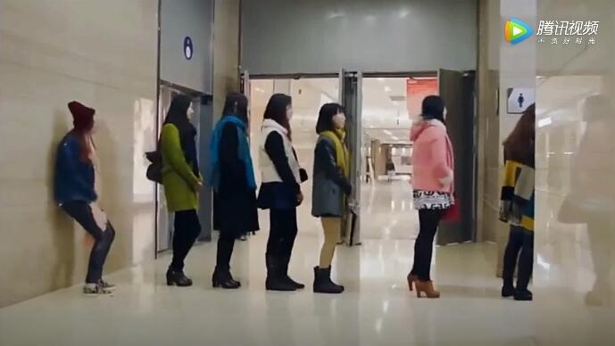 美女着急上厕所无奈排队太多,急中生智让所有人都惊呆了
