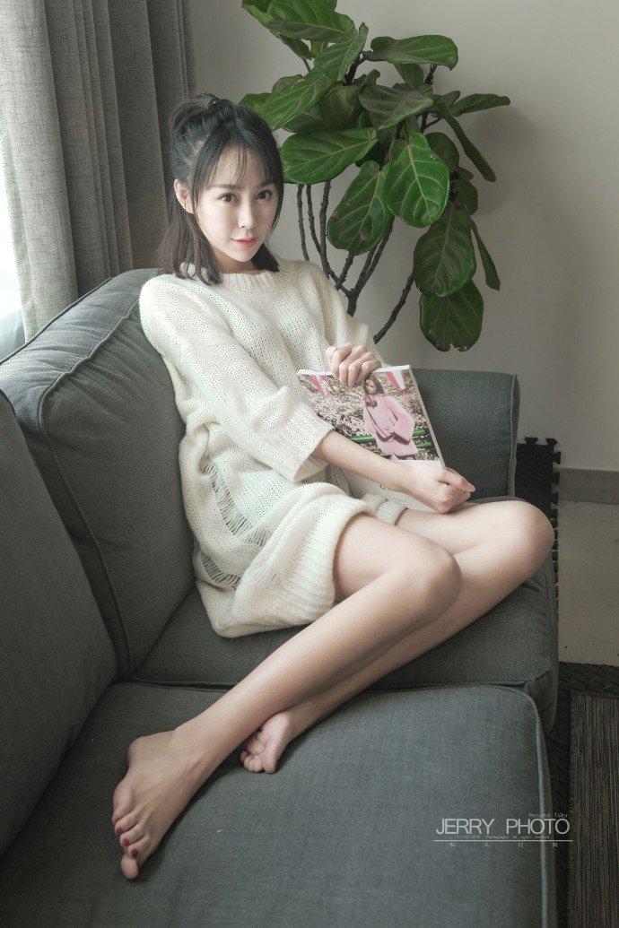 清纯美女居家毛衣修长美腿写真