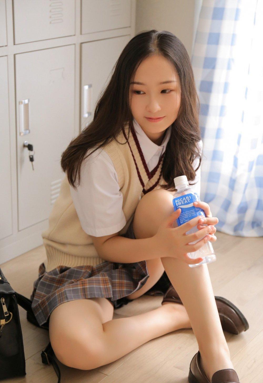 校园清纯甜美女孩短裙图片