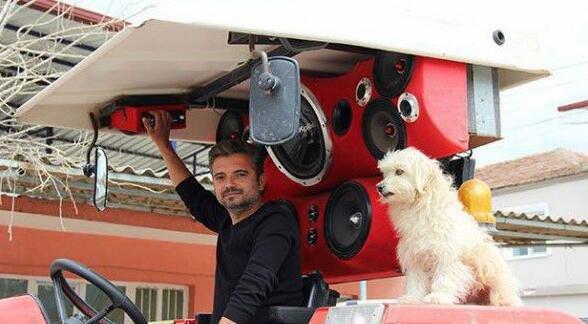 土耳其农民花费上万块给他的拖拉机定制音响系统!