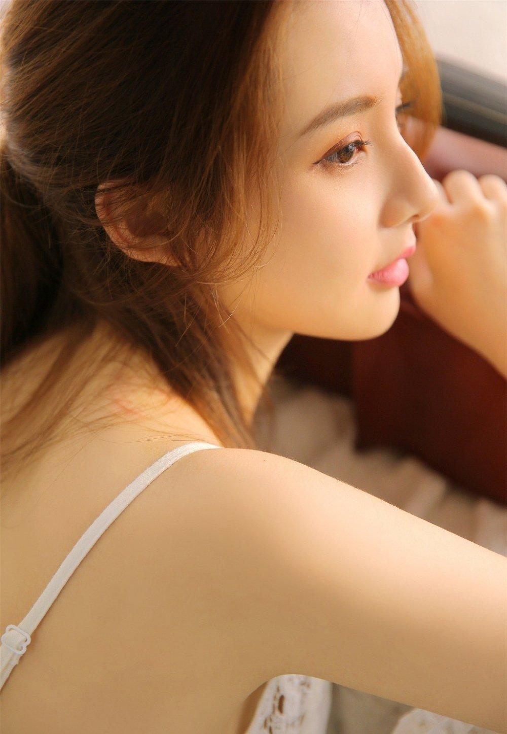 气质美女白裙清纯养眼写真