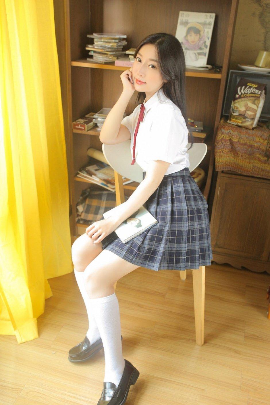 白衬衣少女长腿图片