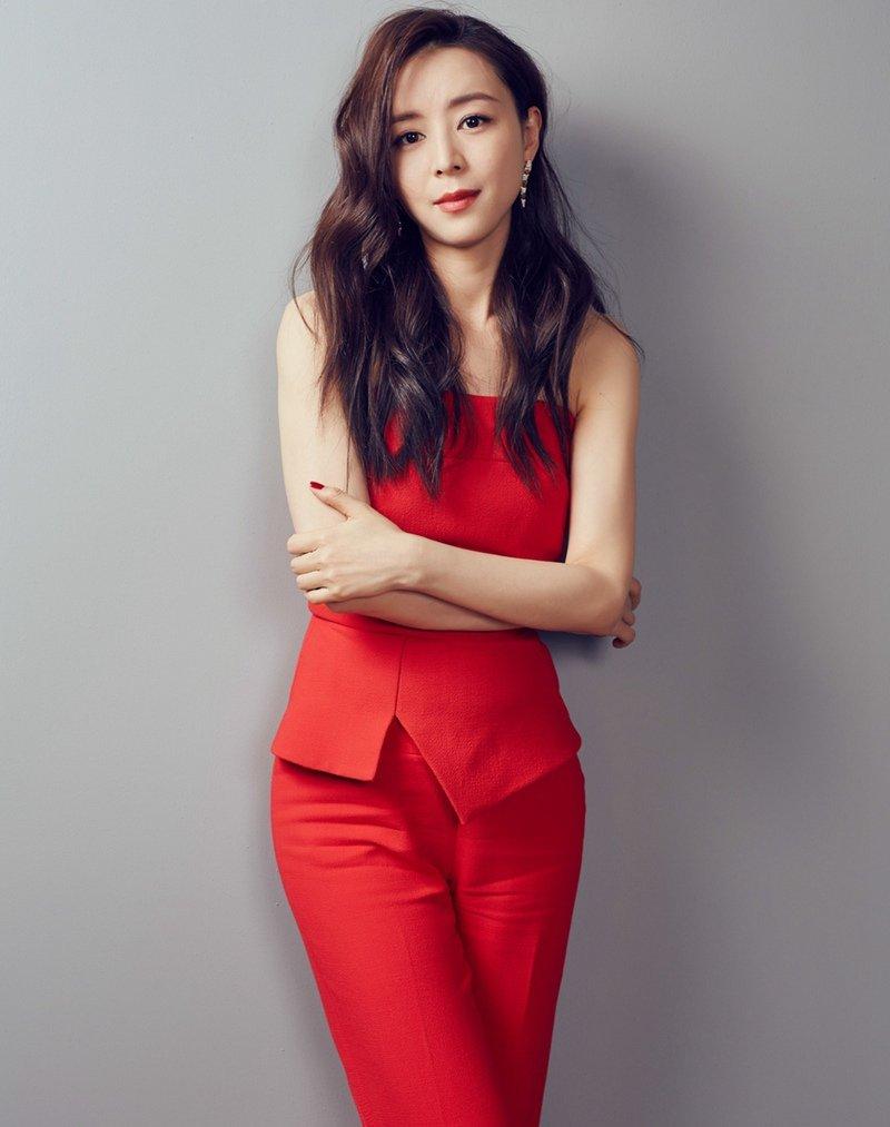 张静初知性优雅红衣造型写真