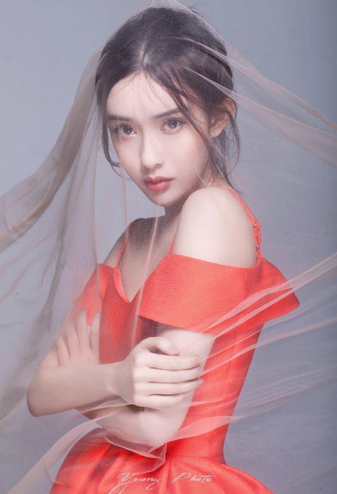 孟子义红裙香肩养眼写真图片