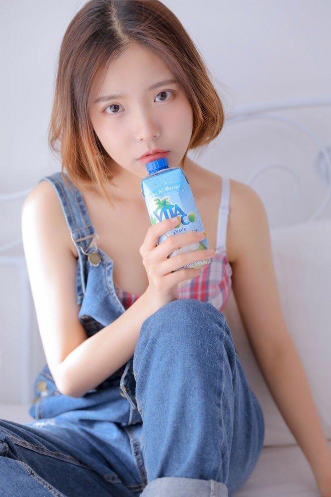 美女小姐姐格子内衣美胸图片