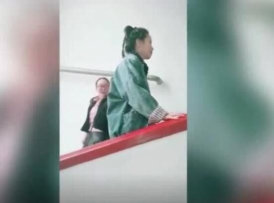 小姐姐硬是走出了电扶梯的感觉