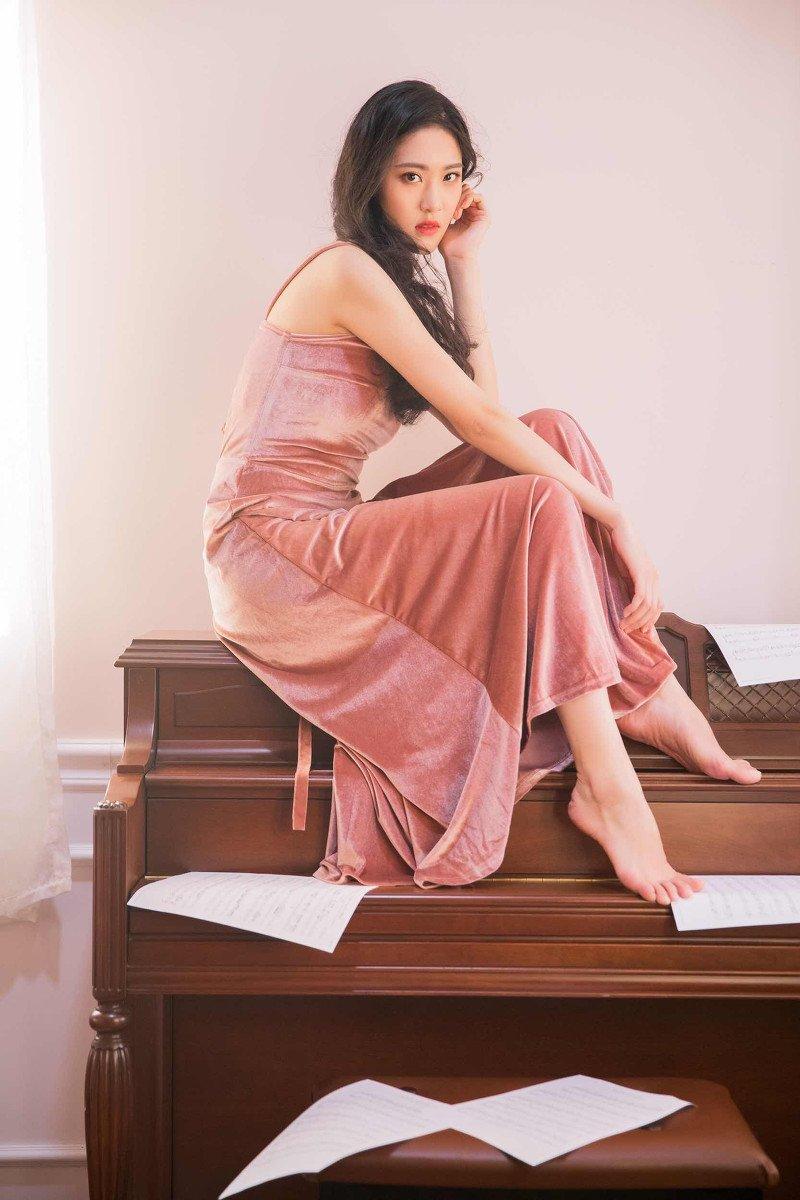 清纯美女吊带裙性感妩媚写真图片