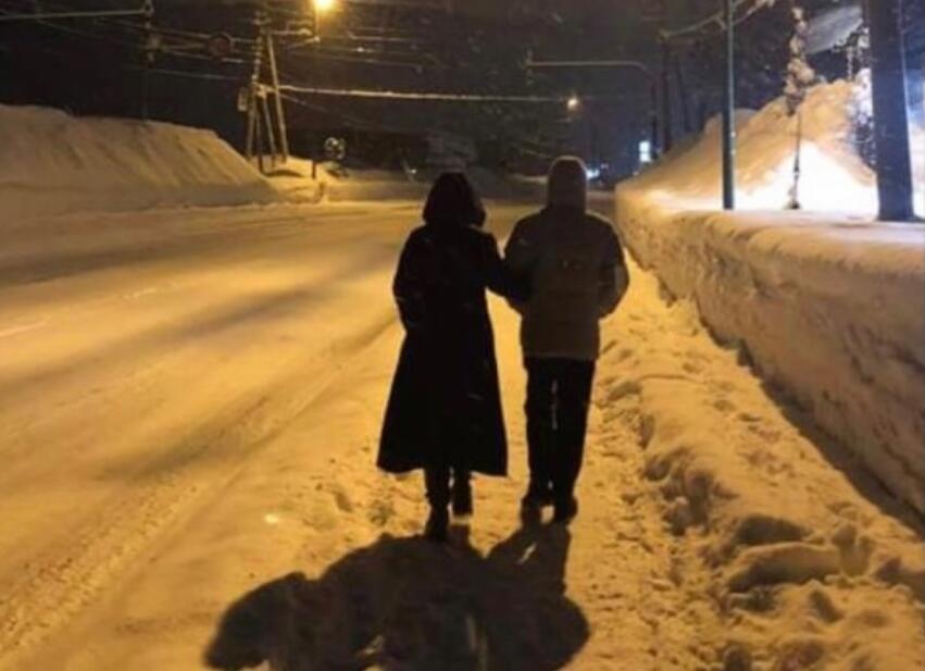 梁朝伟和刘嘉玲花式秀恩爱,岁月静好两人雪中漫步