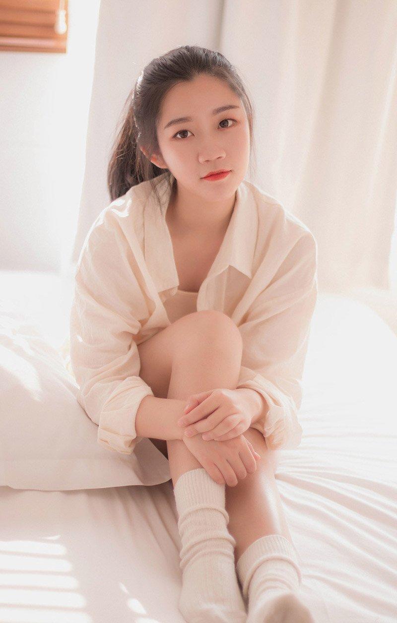 性感吊带衫青春美女慵懒诱惑床上图片