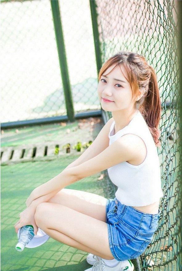 白皙美少女热裤美腿清纯校园写真图片