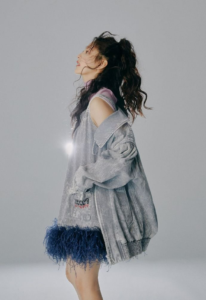 章若楠甜美时尚封面写真图片