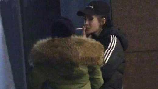 Angelababy抽烟被拍,网友:手法娴熟