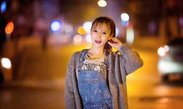 清纯长发美女街拍笑容甜美