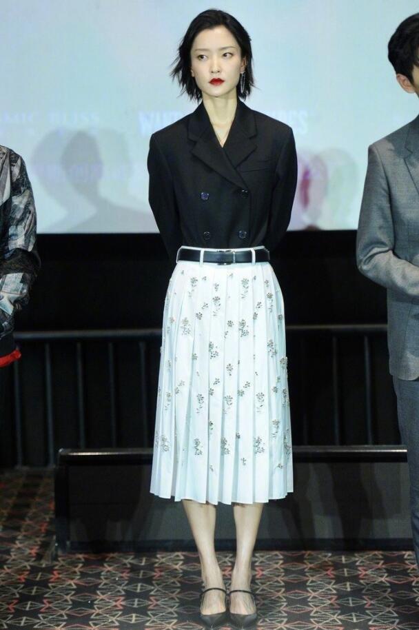 杜鹃西装搭配百褶裙性感图片