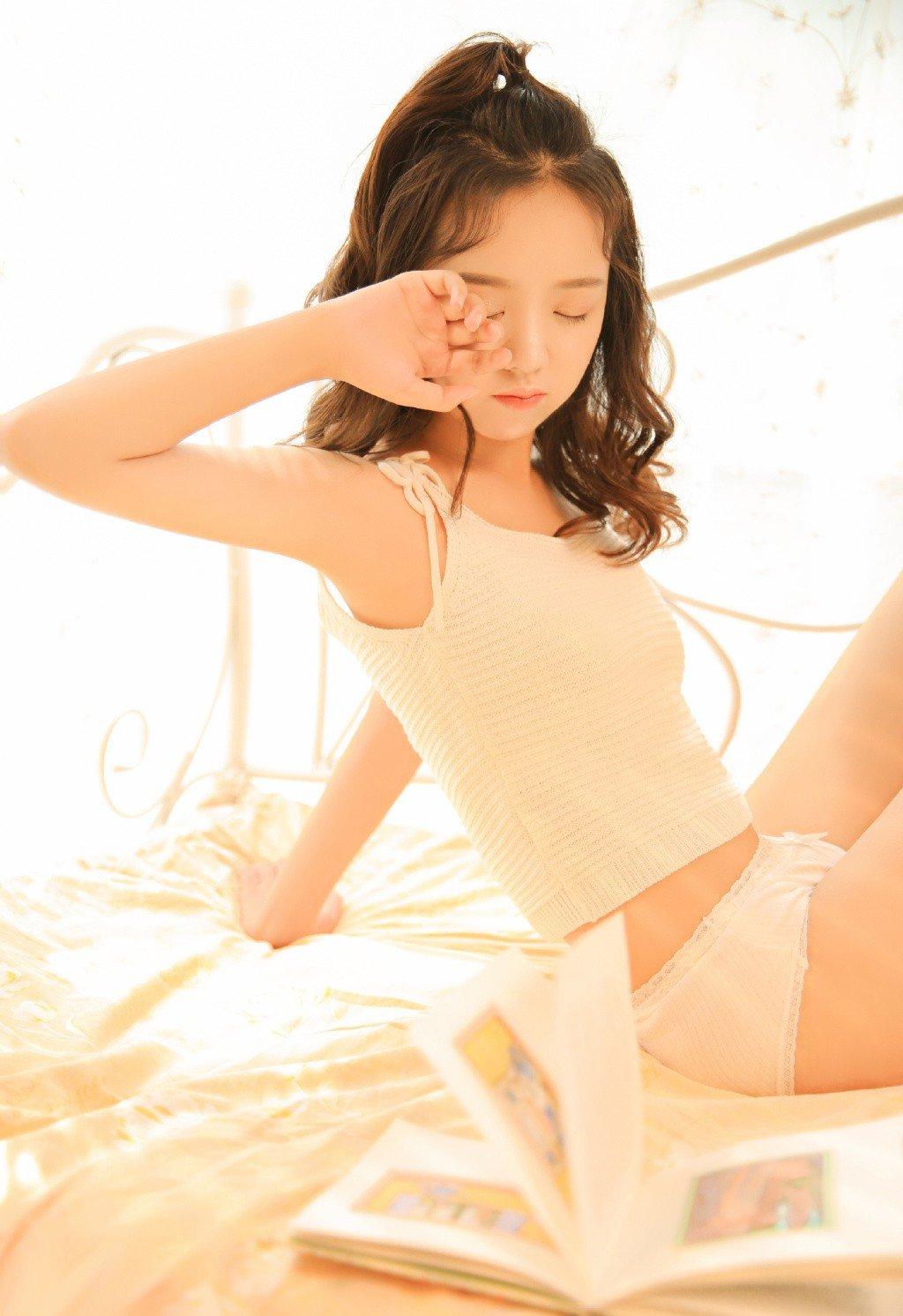 风情美女吊带长腿性感诱惑写真